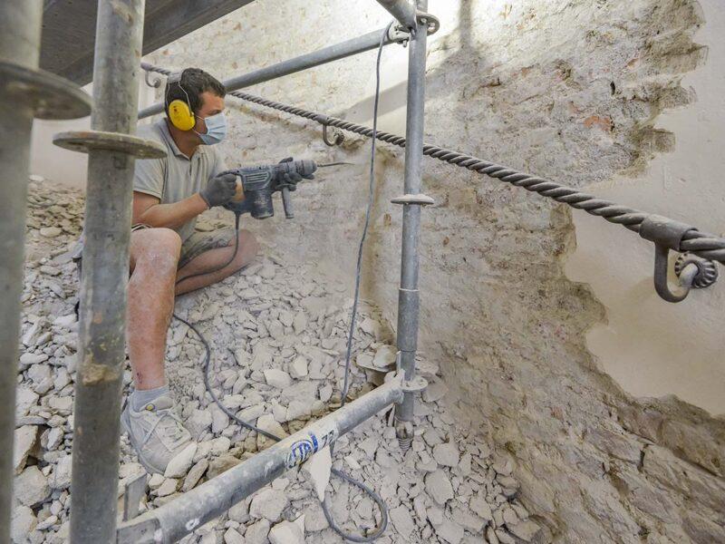 ivan-che-lavora-alla-parete-della-scala-monumentale-del-castello