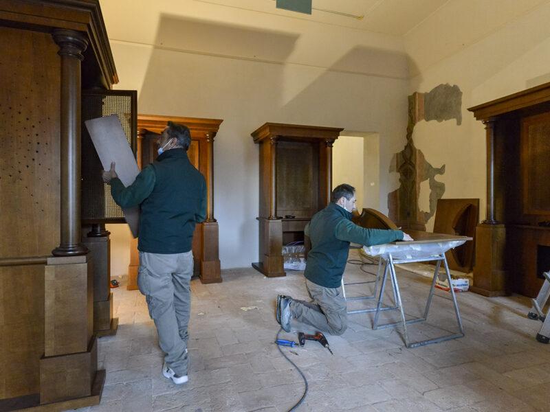 confessionali-con-operai-cantiere-museo-fellini_grp2156-1